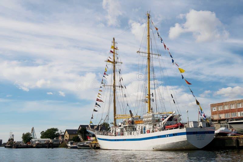 加里宁格勒,俄罗斯- 2018年9月10日:训练帆船年轻Baltiets被停泊 免版税库存图片