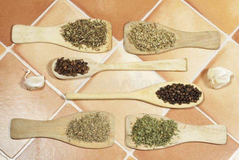 加香料在木烹调调色板和匙子的草本 免版税库存照片