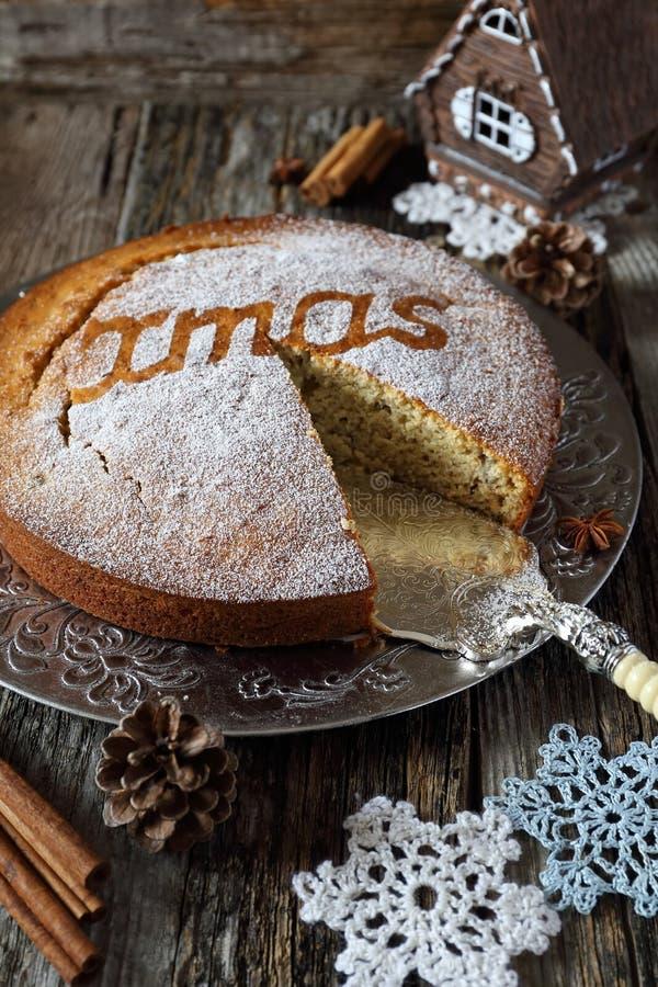 加香料的圣诞节蛋糕和钩针编织的雪花 图库摄影