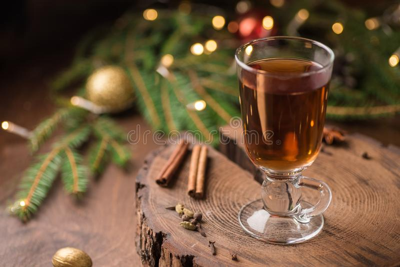 加香料的苹果汁仔细考虑了在玻璃杯子的桑格里酒在木backgro 免版税库存图片