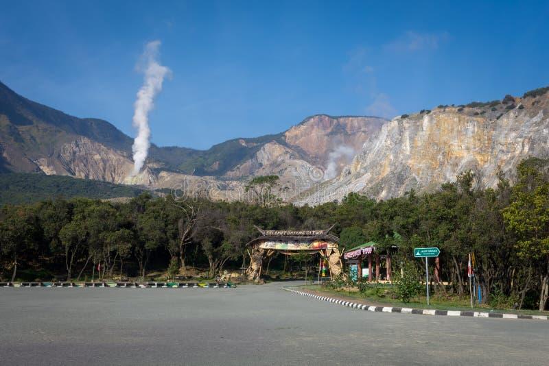 加鲁特,印度尼西亚- 2018年8月12日:从停车场区域采取的登上帕潘达扬火山风景风景 著名激活看法  图库摄影