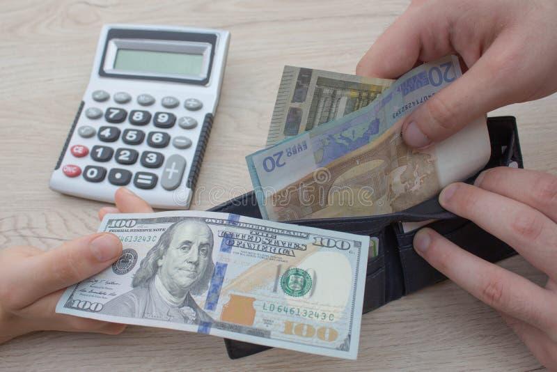 财务、货币、事务和人概念-接近给或交换金钱的男性和女性手 库存图片