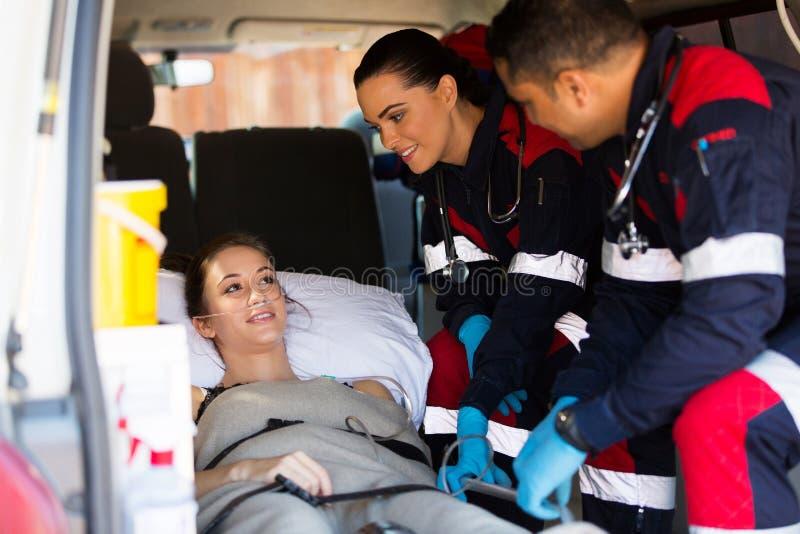 医务人员患者救护车 免版税库存图片