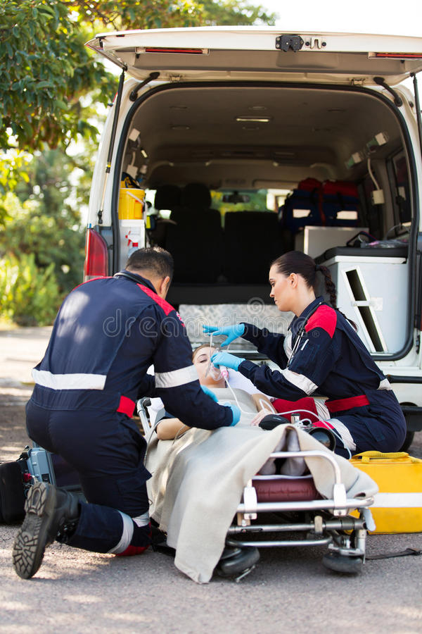 医务人员氧气面罩患者 免版税库存图片