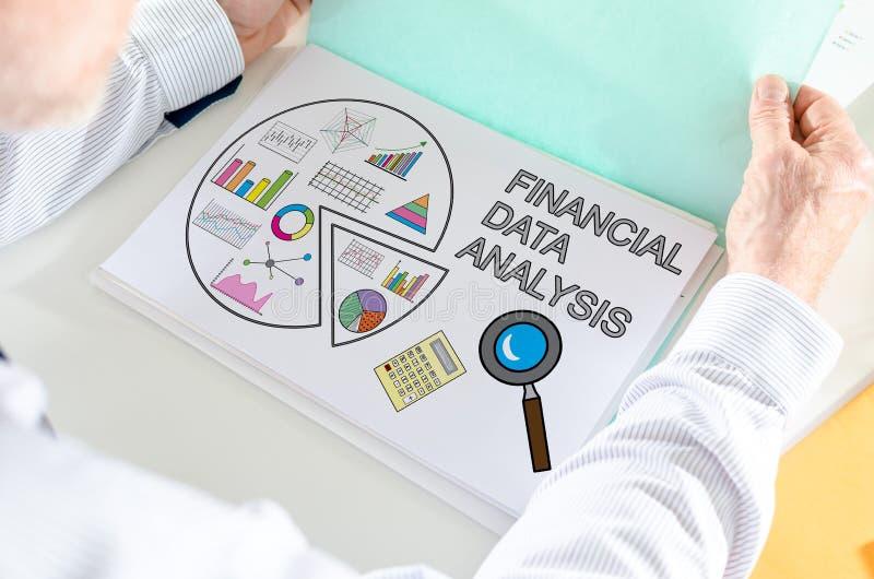 财务数据在纸的分析概念 免版税库存照片