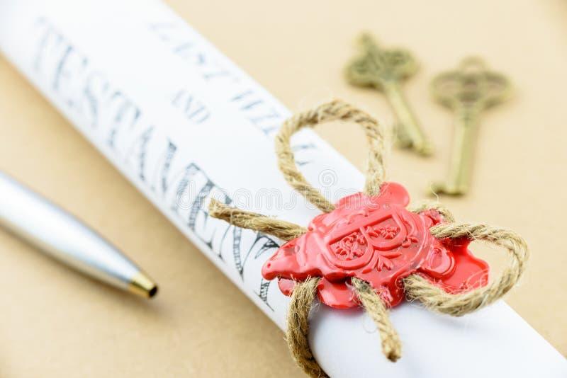 滚动为时纸卷将和紧固与自然棕色黄麻麻线大麻绳索的遗嘱 库存照片