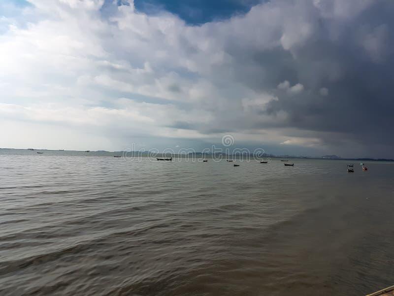 动乱的预兆在雨前的海背景中 免版税库存图片