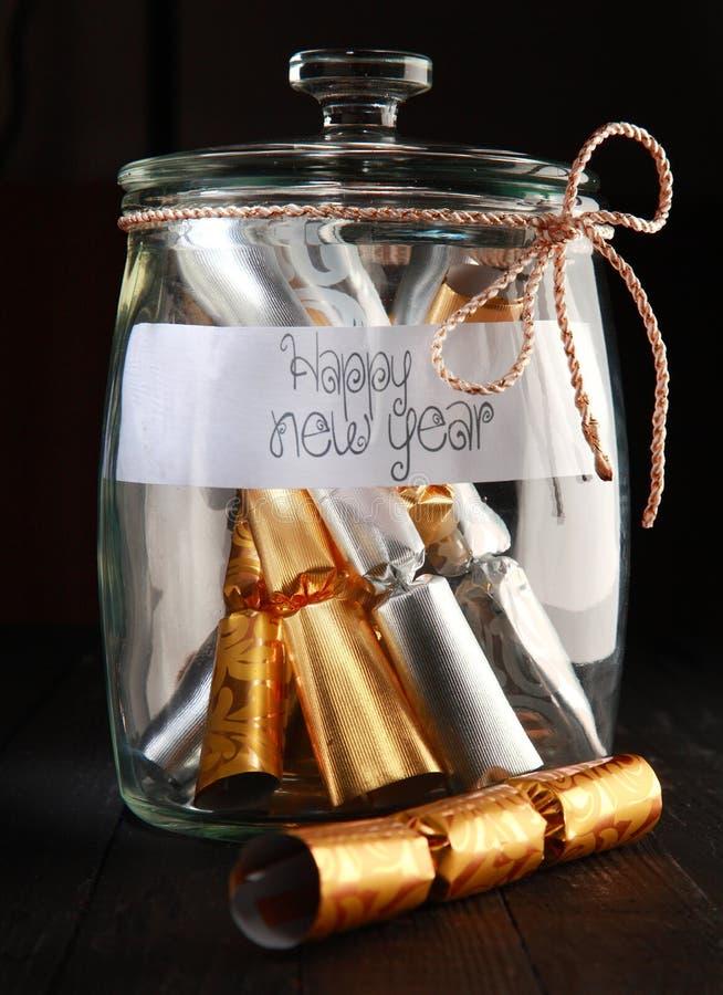 滚动包裹在一个瓶子的箔有新年快乐的 免版税库存图片