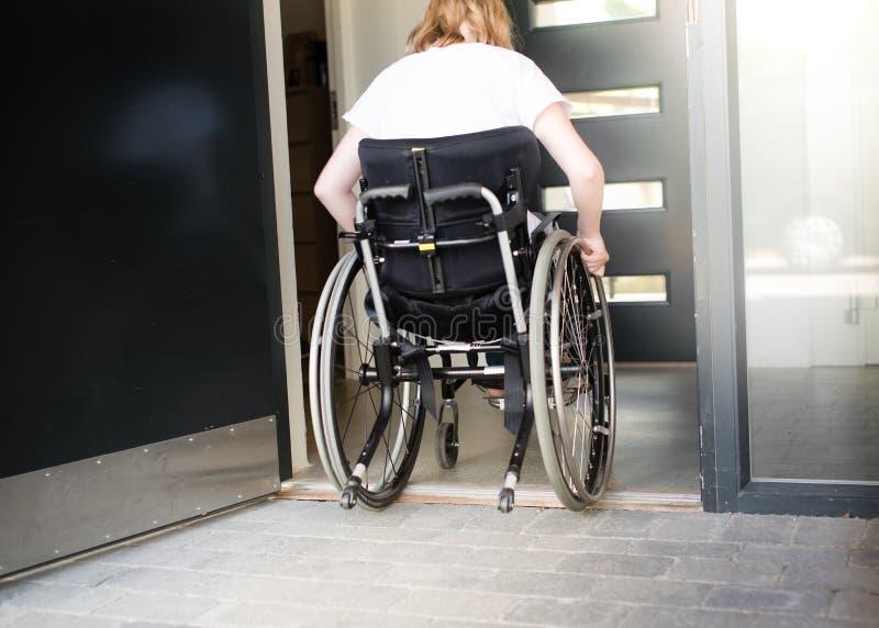 移动在低门阶的轮椅的人 库存图片