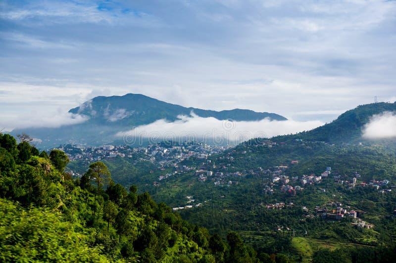 滚动在小山的云彩himachal之间 免版税图库摄影