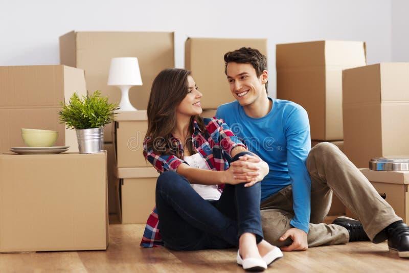 移动在房子里的夫妇 库存照片
