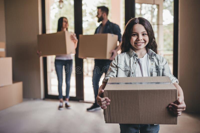 移动在新房里的家庭 免版税库存照片
