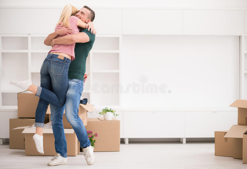 移动在新房里的愉快的年轻夫妇 库存图片