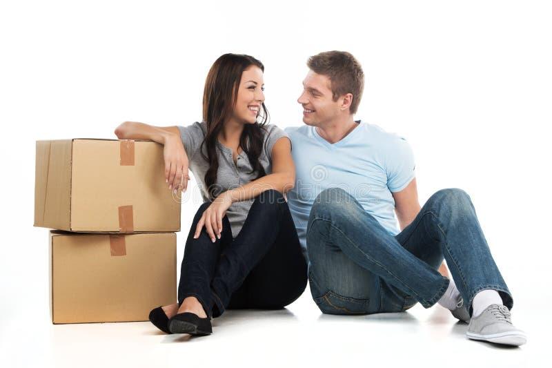 移动在新房里的年轻微笑的夫妇 库存图片