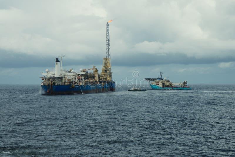 动态安置的DP操作临近FPSO罐车 供应舰队工作 库存照片