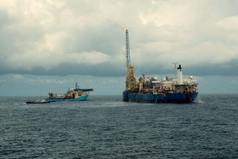 动态安置的DP操作临近FPSO罐车 供应舰队工作 免版税库存照片