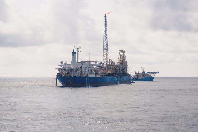 动态安置的DP操作临近FPSO罐车 供应舰队工作 免版税库存图片