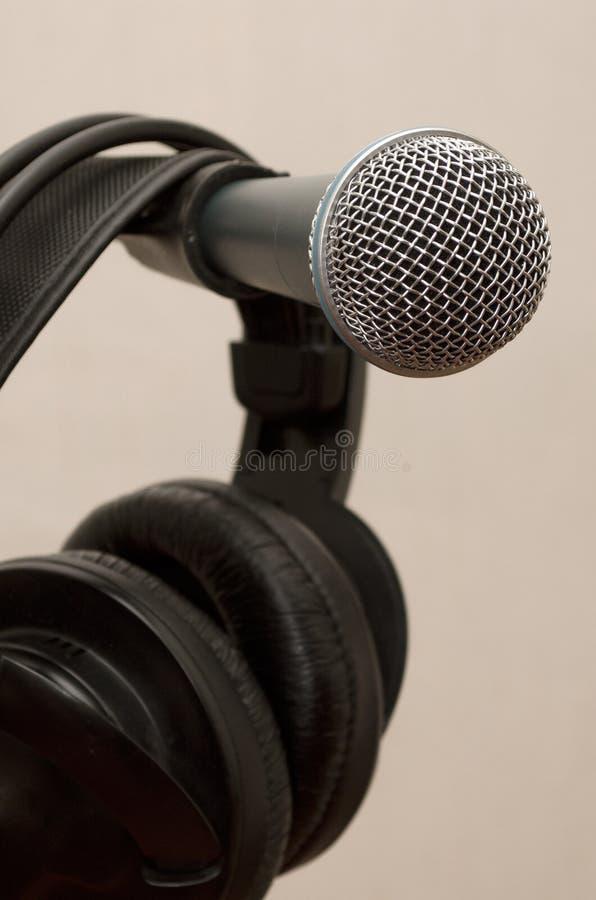 动态话筒和耳机 库存图片