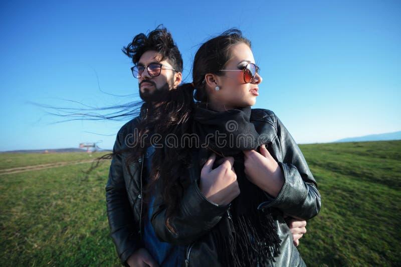 动态年轻时尚夫妇摆在室外 免版税图库摄影
