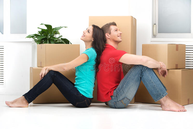 移动新的家的愉快的年轻夫妇 免版税库存图片