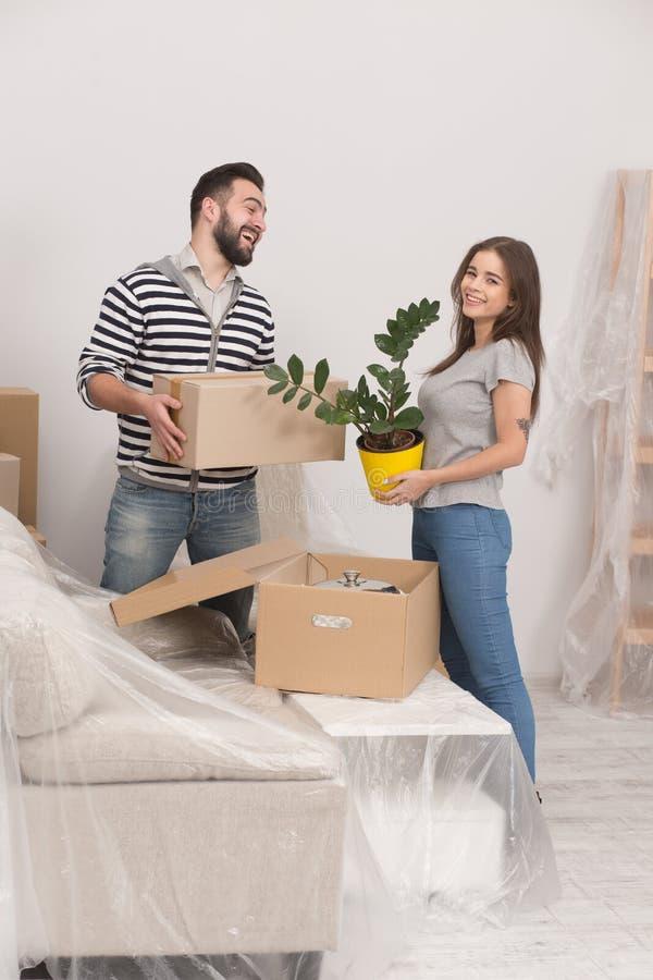 移动新的家的男人和妇女 免版税库存图片