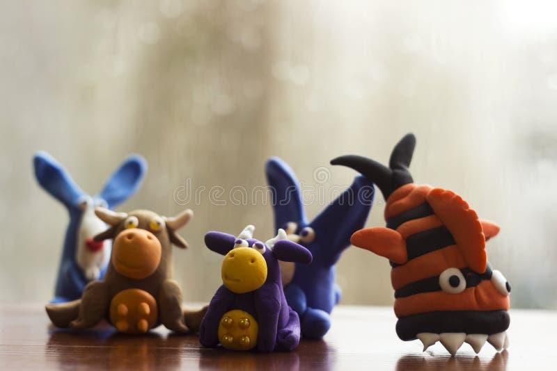 动物兔子、母牛和鱼从多彩多姿的彩色塑泥,硬化 r 滑稽的黏土玩具 免版税库存照片