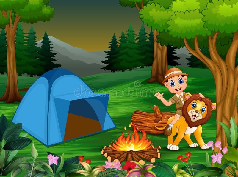 动物园管理员男孩和一头狮子在帐篷和篝火旁边 皇族释放例证