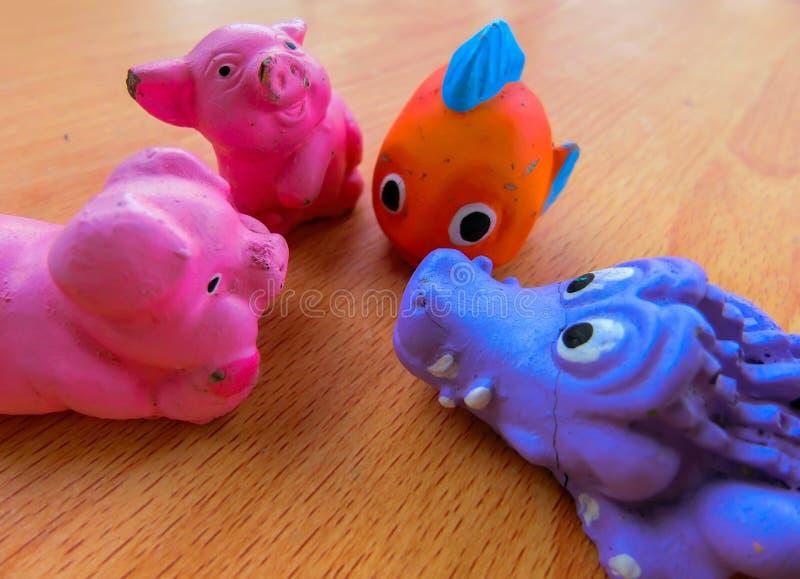 动物孩子是与它的朋友的交谈 免版税库存图片
