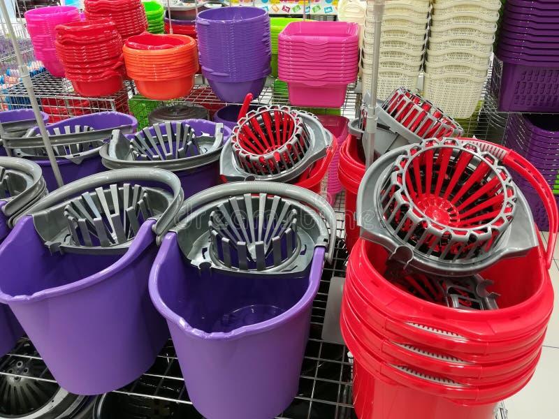动物展览的五颜六色的塑料桶 库存图片
