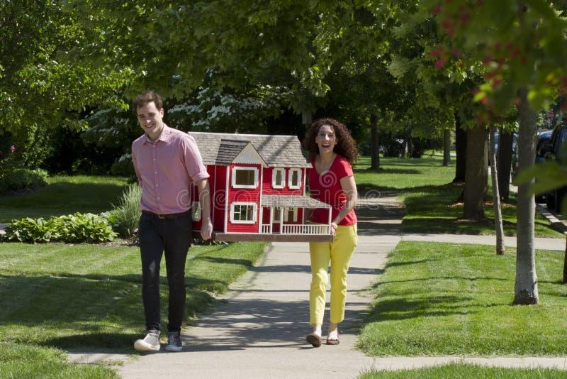 移动玩具屋的年轻夫妇 免版税库存照片