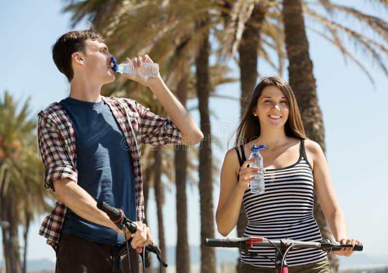 移动由周期结合喝从塑料瓶 免版税库存图片