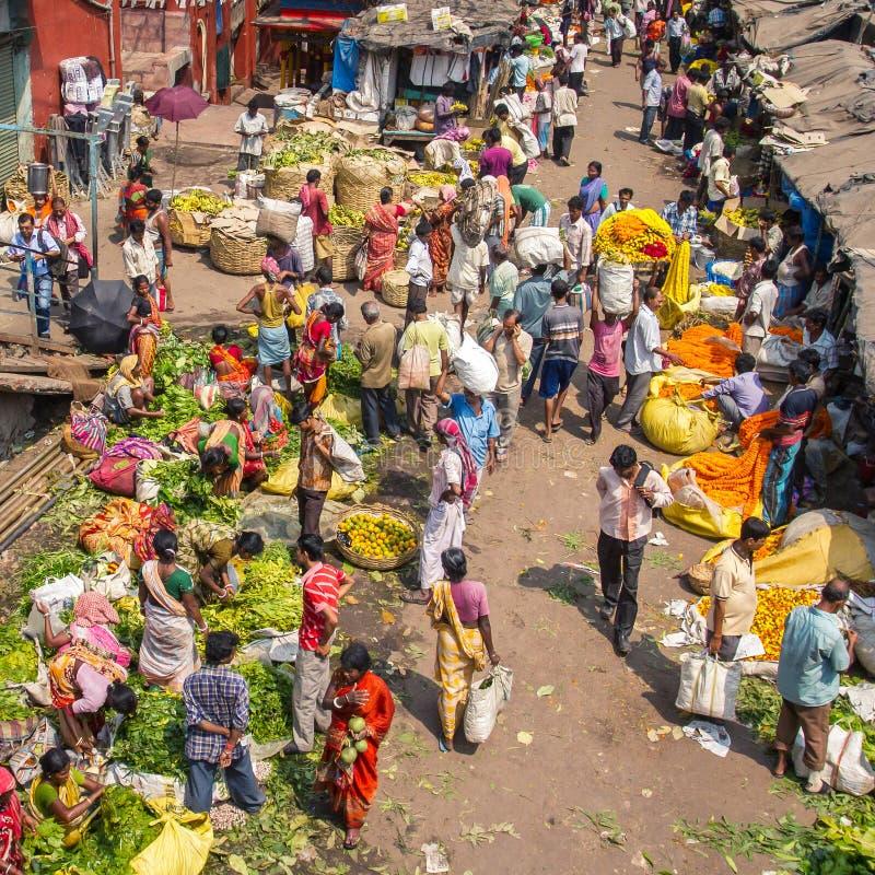 移动的人大人群在Mullik Ghat花市场上的 免版税库存照片