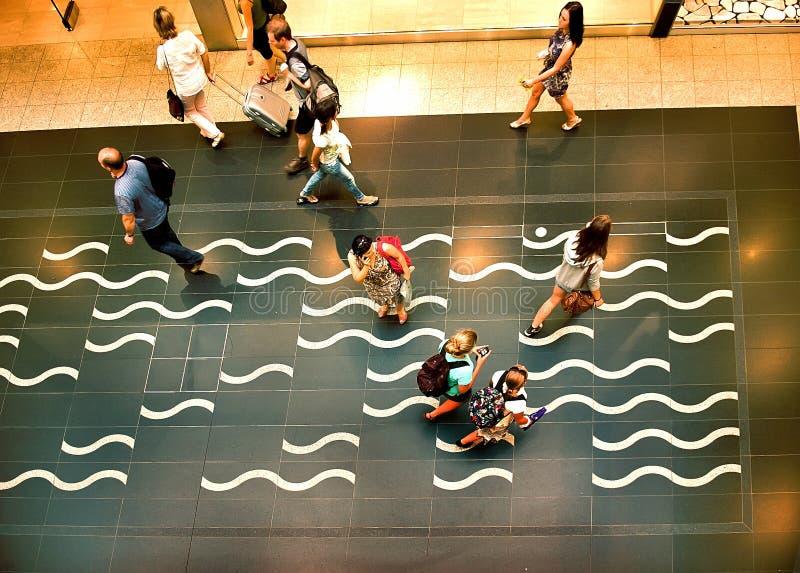 移动的人民从上面在机场 免版税库存照片