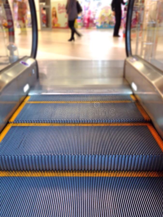 移动的台阶在购物中心 免版税库存图片