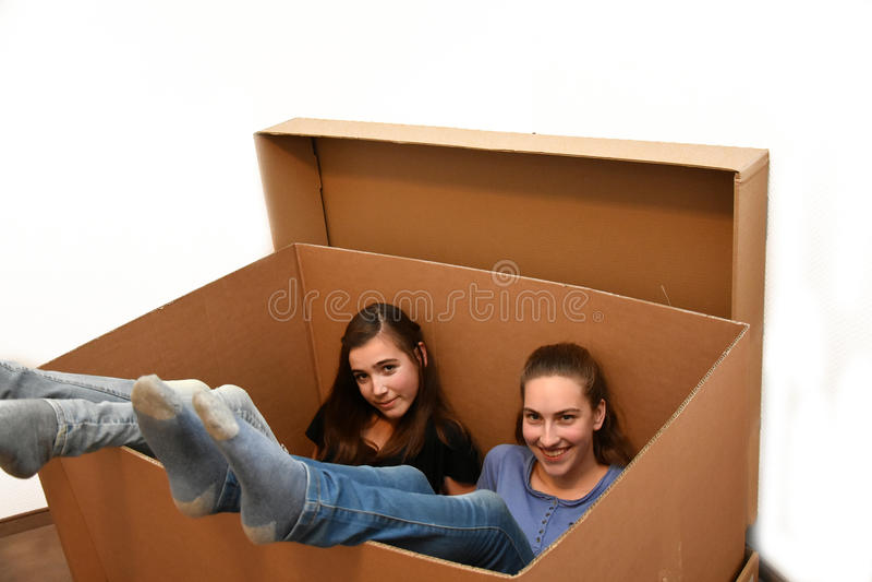 移动的箱子的女孩 库存图片