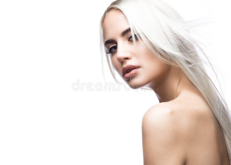 移动的美丽的白肤金发的女孩与一根完全光滑的头发和经典构成 秀丽表面 图库摄影