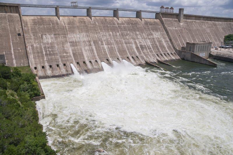 动荡水导致的,但是3个主要开放水闸门 库存照片