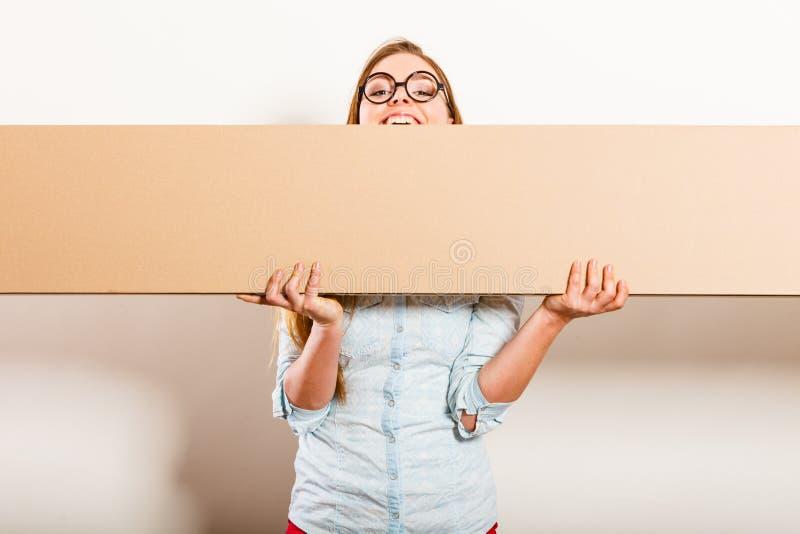 移动运载的箱子的妇女 空白的copyspace 免版税库存照片