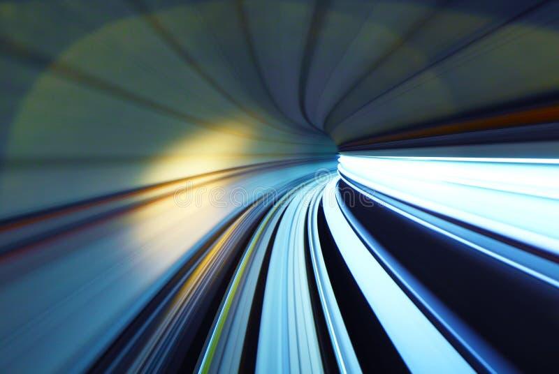 移动隧道的火车 免版税库存图片