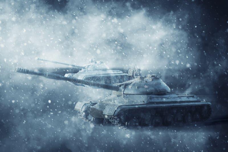 移动雪风暴的两辆坦克 库存图片