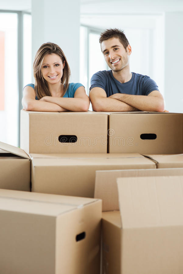 移动他们新的家的年轻夫妇 免版税图库摄影