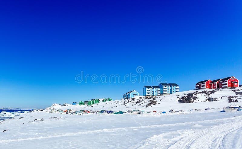 努克市五颜六色的因纽特人房子有山的在背景,格陵兰中 库存图片