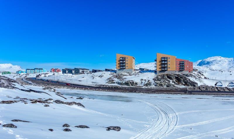 努克市因纽特人多层的房子岩石的与山在背景,格陵兰中 库存图片