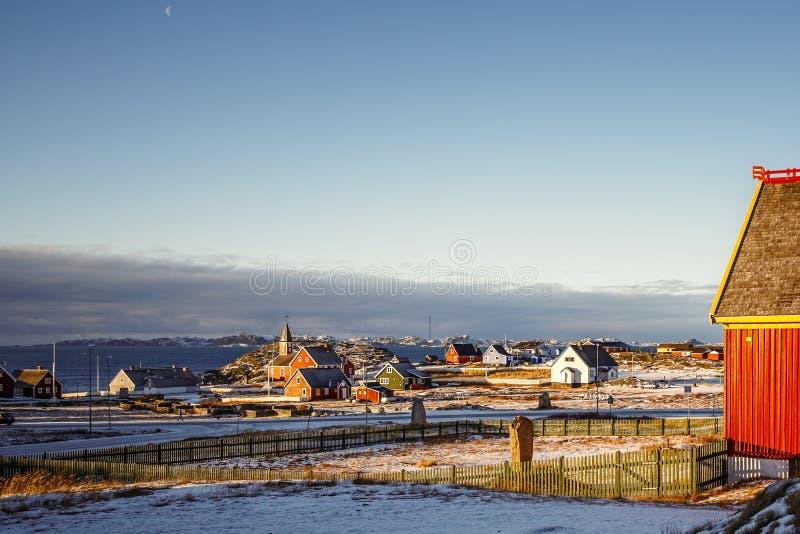 努克有因纽特人房子的市郊区有海和海湾背景的,格陵兰 库存图片