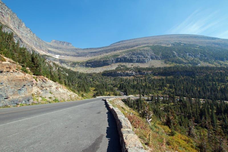 努力去做太阳路在SIYEH弯峡谷在冰川国家公园在蒙大拿美国 库存图片