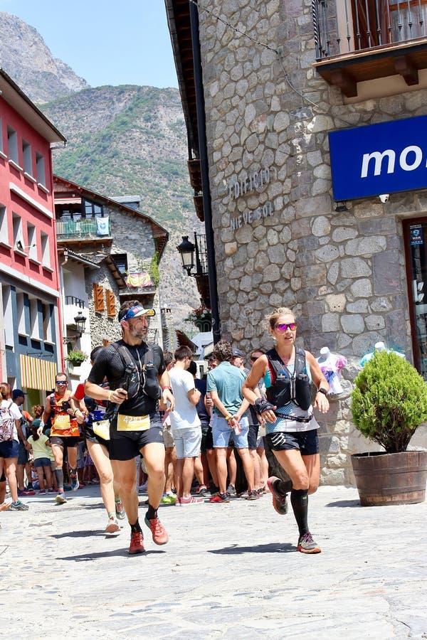 努力在他们最后的仓促的足迹赛跑者到达在Gran足迹阿内托峰Posets的终点线 免版税库存照片