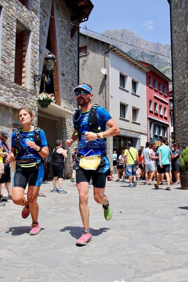 努力在他们最后的仓促的足迹赛跑者到达在Gran足迹阿内托峰Posets的终点线 免版税库存图片