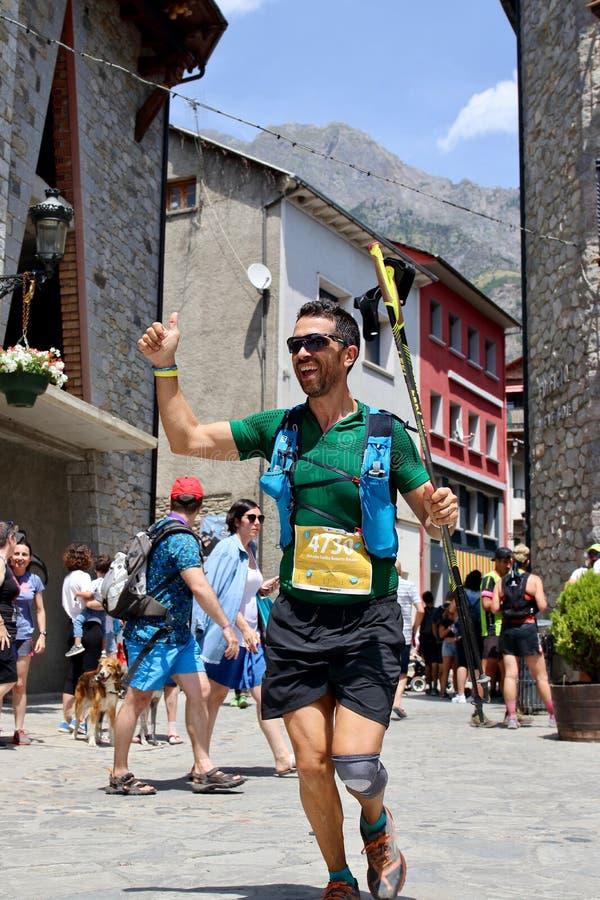努力在他们最后的仓促的足迹赛跑者到达在Gran足迹阿内托峰Posets的终点线 图库摄影