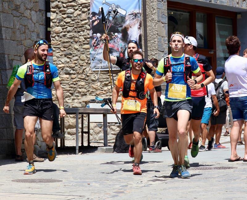 努力在他们最后的仓促的足迹赛跑者到达在Gran足迹阿内托峰Posets的终点线 库存照片