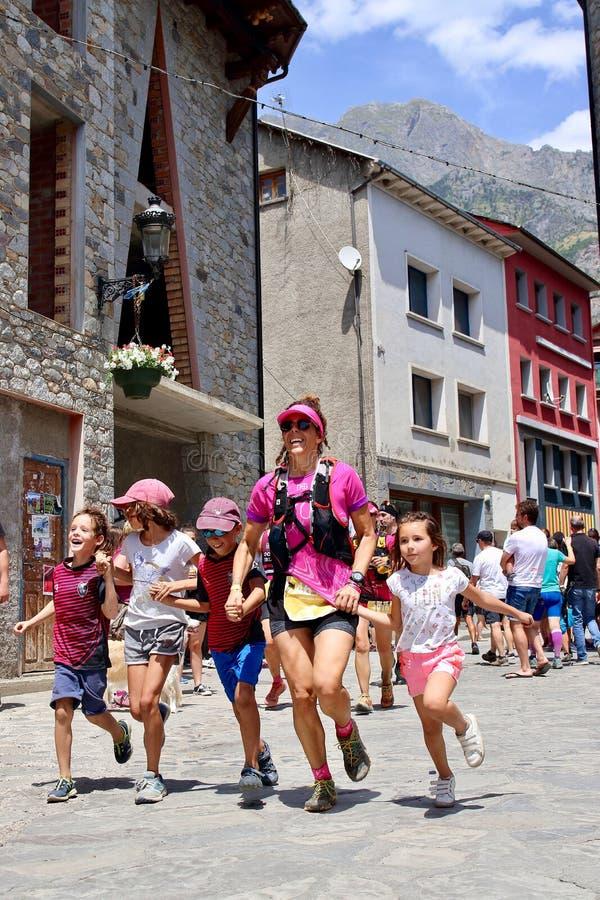 努力在他们最后的仓促的足迹赛跑者到达在Gran足迹阿内托峰Posets的终点线 库存图片